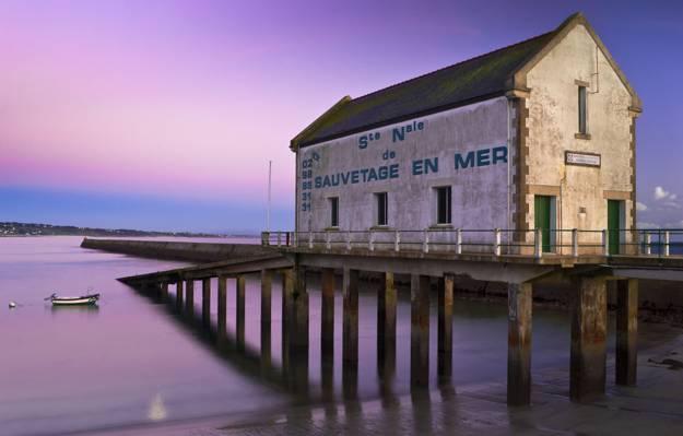 白色Sauvetage En Mer建筑在水体附近的棕色混凝土桥上,audierne,布列塔尼高清壁纸