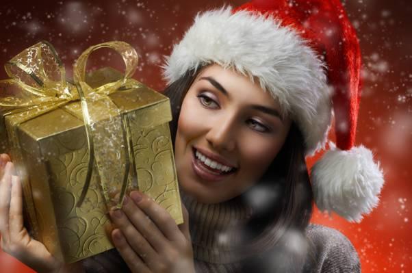壁纸假期,框,雪,礼物,棕色的头发,微笑,帽,女孩,毛衣
