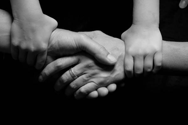 黑色和白色的四人手高清壁纸的照片
