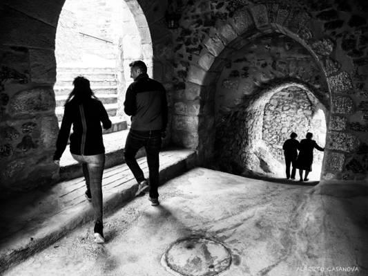 女人和男人在混凝土建筑高清壁紙里的灰度攝影