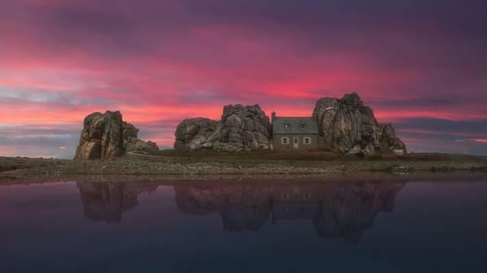 夜色下群石包围的房屋