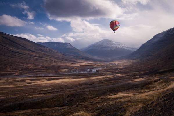 热气球在白天高清壁纸飞越山脉
