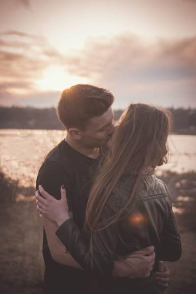 男人和女人在日落高清壁纸接吻