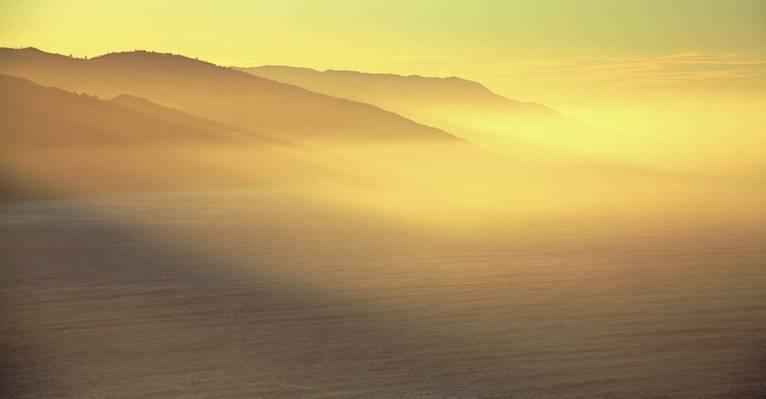 山在白天旁边的海洋高清壁纸