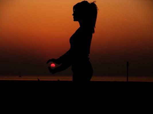 女人和太阳高清壁纸的剪影摄影