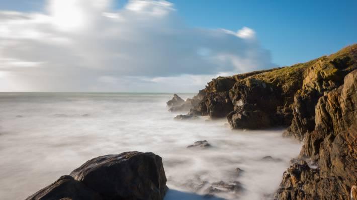 在白天高清壁纸海洋附近的棕色悬崖