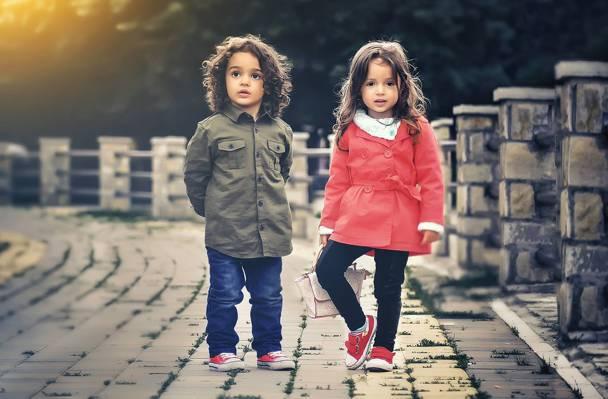 女孩和男孩在时尚看起来在白天高清壁纸