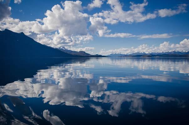 在白天高清壁纸反射天空与白云的静物体的风景照片