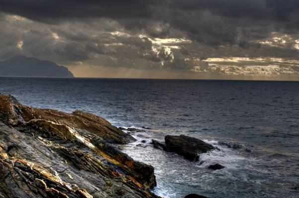 在黑暗的天空,热那亚高清壁纸下的水附近的岩石