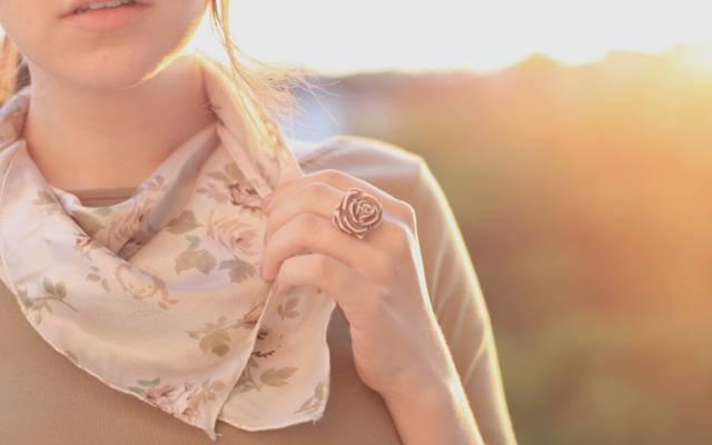 鲜花,手,披肩,高清壁纸,颜色,黑发,戒指,嘴唇,女孩,全屏幕,太阳,玫瑰花,...  -