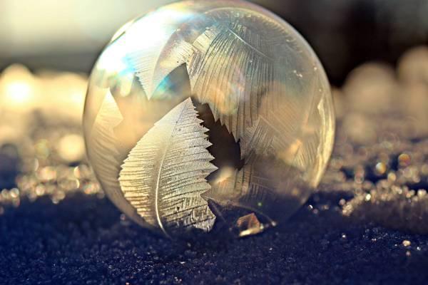 银色的玻璃球浅焦点微距拍摄高清壁纸