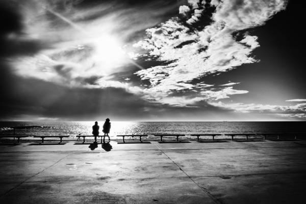 灰色照片f男人和女人在晴朗的天空下的海面前白天高清壁纸