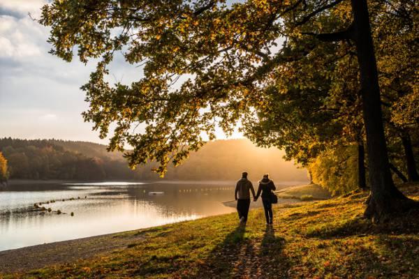 情侣走在河边的高清壁纸