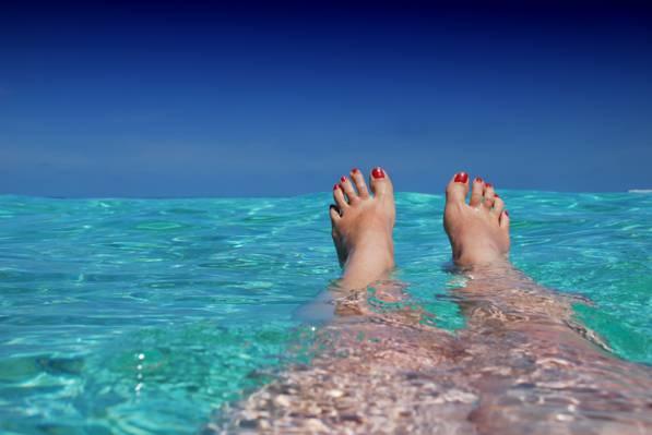 在水中的红色修脚的人高清壁纸