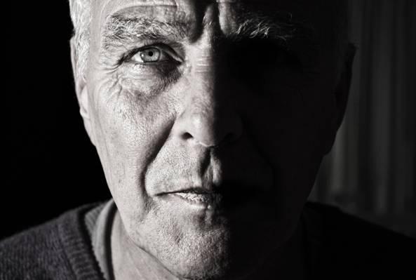 男人穿着衬衫高清壁纸的灰度照片