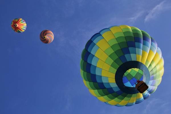 清澈的蓝天下的三个什锦的热气球高清壁纸