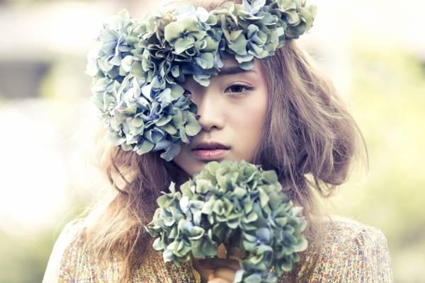 选择性焦点摄影的一束鲜花在她的头高清壁纸的女人