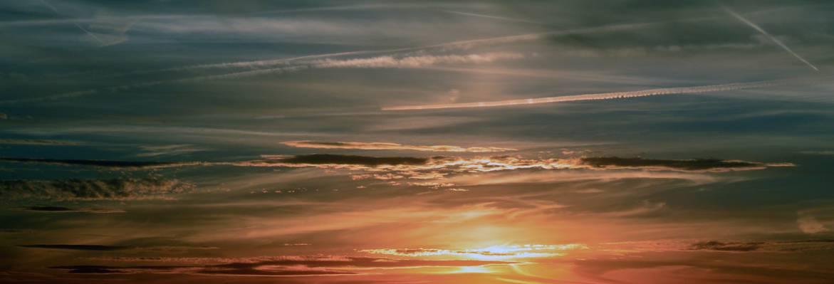 灰色和白色的云彩,在金色的小时高清壁纸