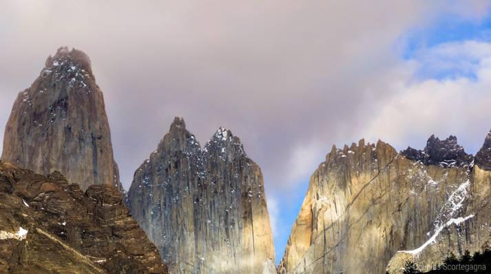 白天在多云的天空,拉斯托雷斯高清壁纸山景观