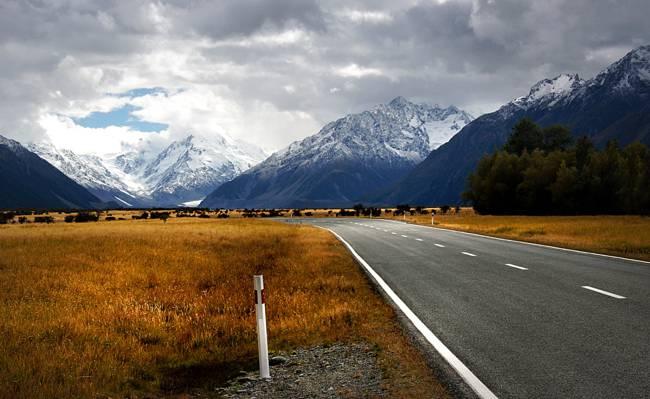 沥青路面山附近的山高清壁纸