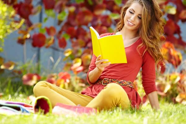 黄色,棕色的头发,书,叶子,笔记本,女孩,阅读,草,秋季