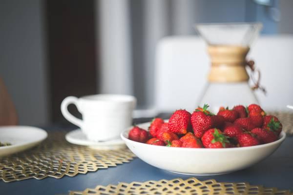 倾斜透镜摄影的草莓碗高清壁纸