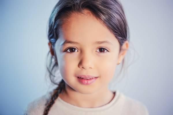 选择性焦点摄影的女孩画像高清壁纸