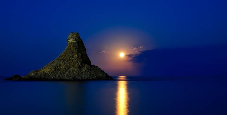 在晚上时间高清壁纸水体附近的山岛