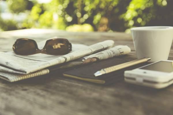 壁纸处理,眼镜,照片,杯,咖啡,摄影师,markus spiske,报纸,智能手机,记事本