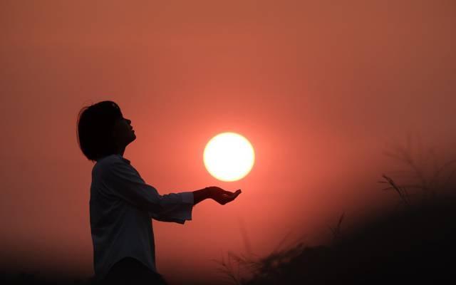 拥抱夕阳的唯美桌面壁纸