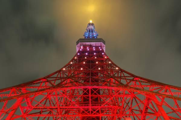 低角度的点燃艾菲尔铁塔巴黎,法国高清壁纸