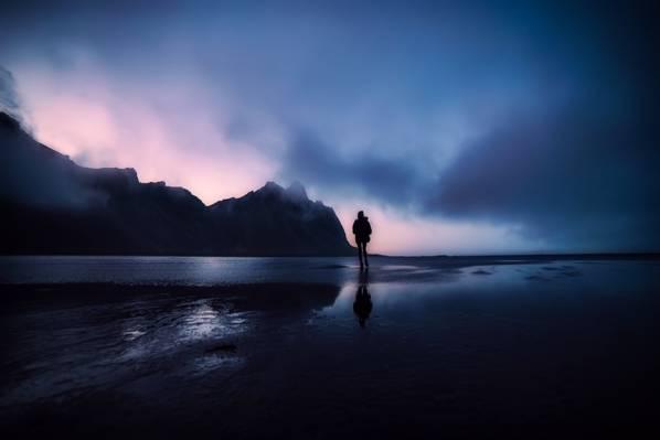站在海上夜间高清壁纸的剪影