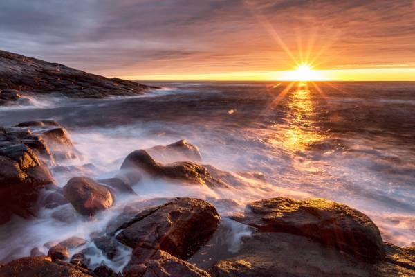 海边早上美丽的日出