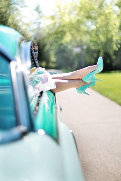 女人在白天的高清壁纸在窗口上的脚