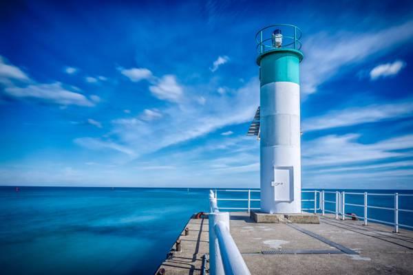 白色和绿色的灯塔附近的身体白色的云层和蓝蓝的天空高清壁纸水体
