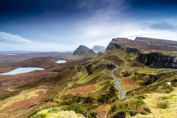 空中摄影的绿色和棕色的土地与道路公路白天,苏格兰高清壁纸