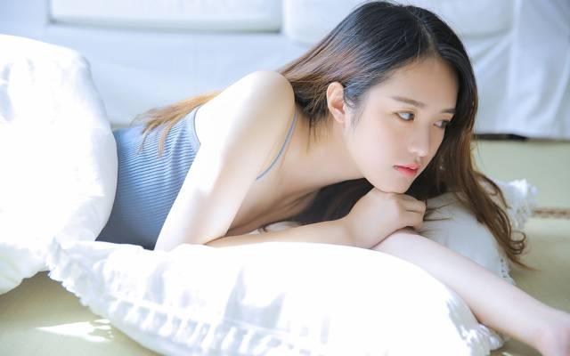 清纯性感白皙美女外露香肩诱惑写真