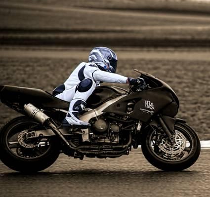 游戏中时光倒流的摄影的人骑黑色运动自行车穿着黑色沥青路面高清壁纸白色摩托车装备