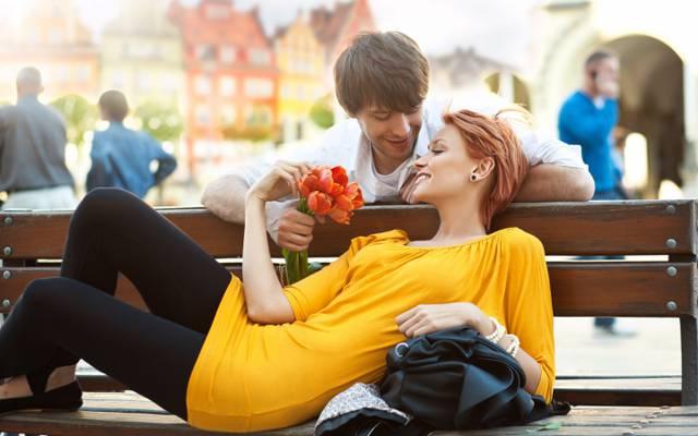 鲜花,红色,家伙,板凳,人,郁金香,城市,对,微笑,女孩,积极,礼服