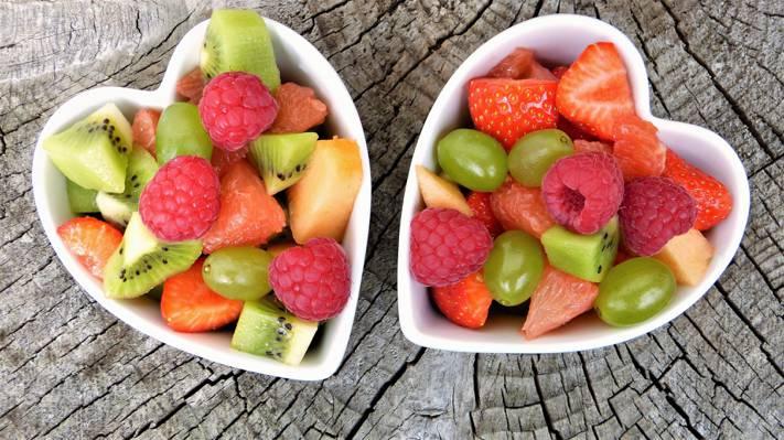 切片水果上白心形陶瓷碗高清壁纸