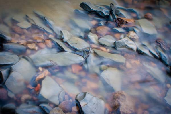 灰色和棕色的石头鹅卵石与水高清壁纸