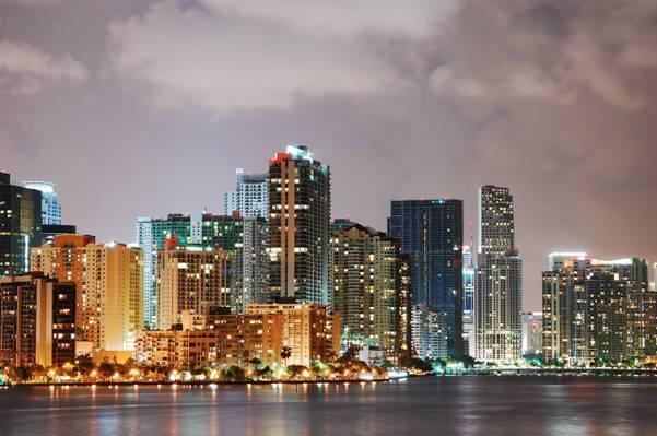 在夜间,迈阿密高清壁纸在多云的天空下的身体旁边的高层建筑物