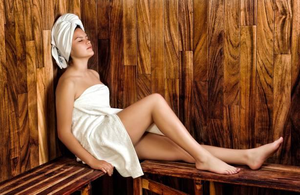 坐在桑拿房高清壁纸的白色浴巾的女人