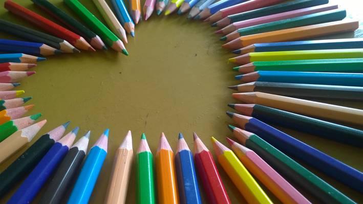 心形的彩色铅笔高清壁纸