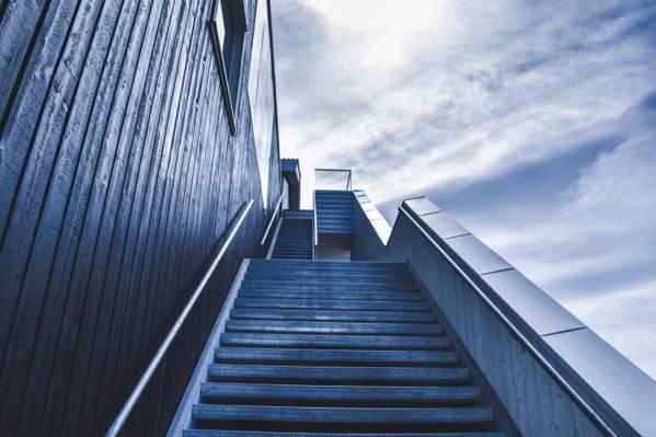 白天照片高清壁纸上升的楼梯