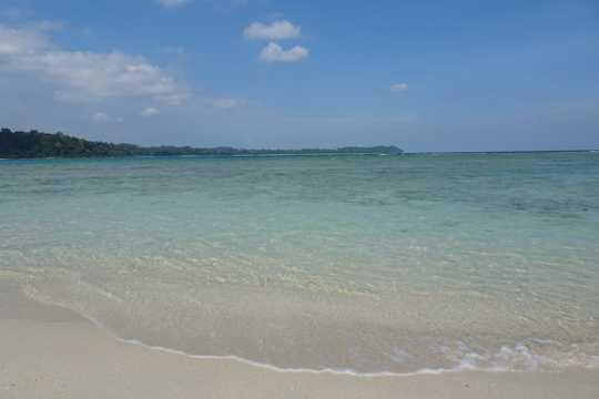 沙滩湛蓝海水图片