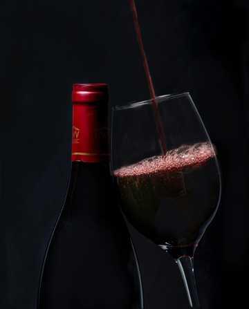 倾斜式倒红酒图片
