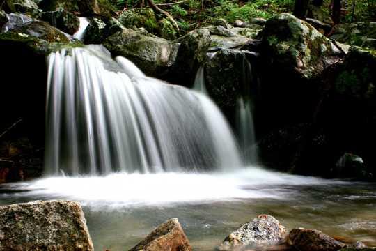 山间水流瀑布图片