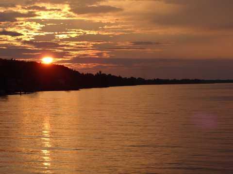 湖面夕阳景图片