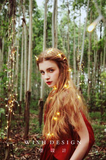 丛林唯美女孩拍照图片
